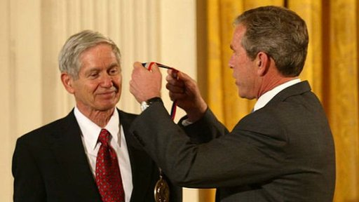 Keeling recibiendo la Medalla Nacional de Ciencia del entonces presidente George Bush en 2001.