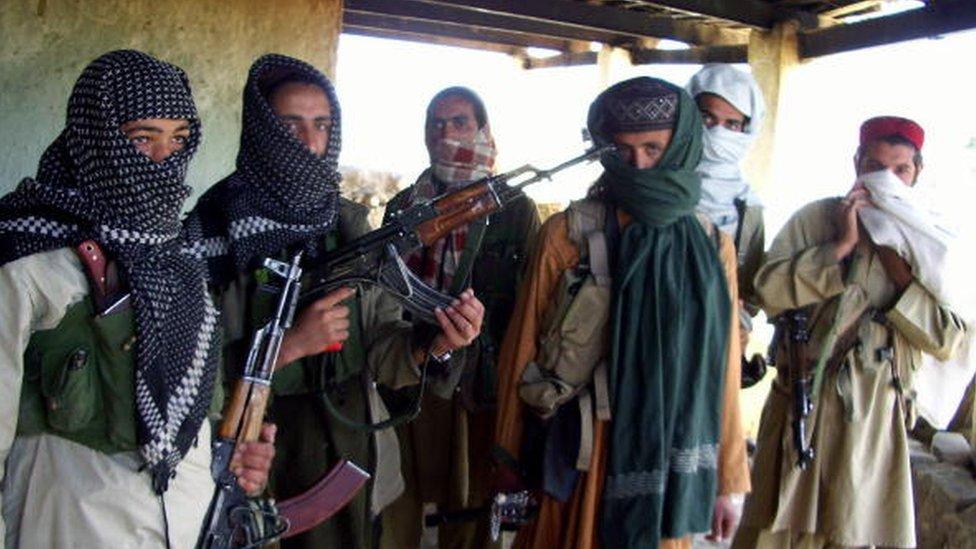 Talibanes paquistaníes armados en un escondite en el distrito tribal de Orakzai, en 2009.