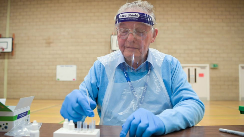 Hombre recogiendo muestras de tests de coronavirus.