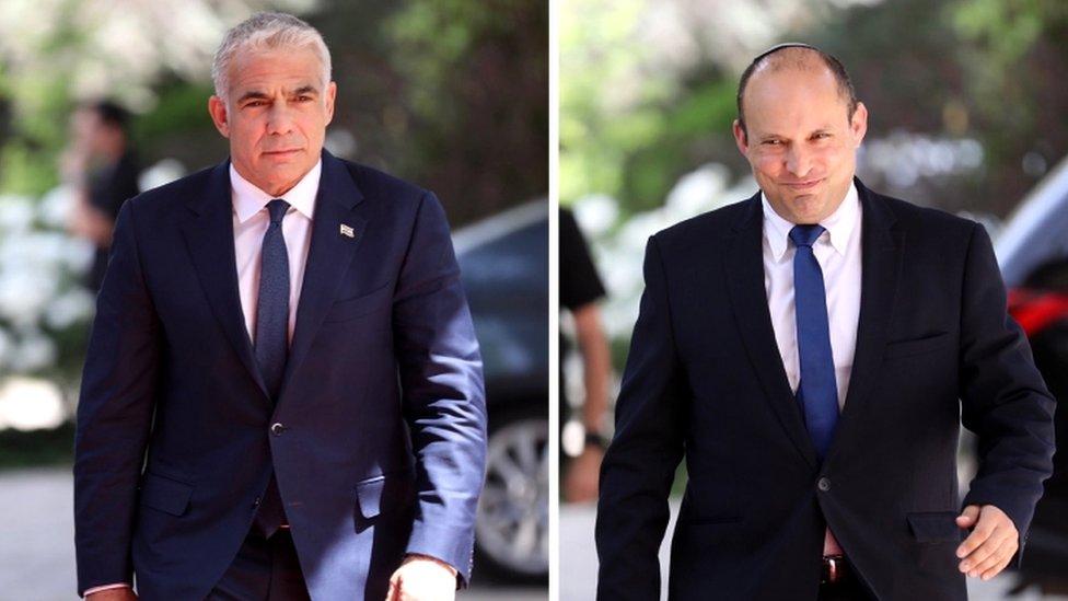 Lapid (i) está cerca de alcanzar un acuerdo de gobierno con Bennett (d).