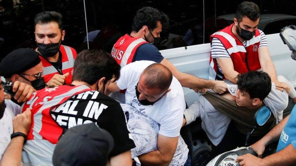 İstanbul'dadün HDP'ye yönelik saldırıyla ilgili basın açıklaması yapan gruba polis müdahaleetti