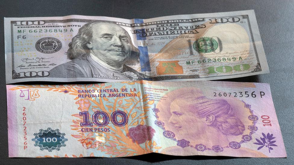 100 dólares y 100 pesos argentinos