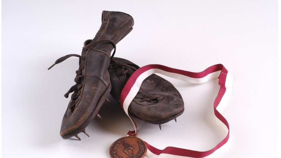 Un par de zapatillas viejas para correr.