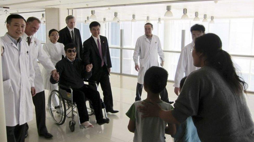 Chen Guangcheng cuando se reunió con su familia en el hospital de Pekín en 2012.