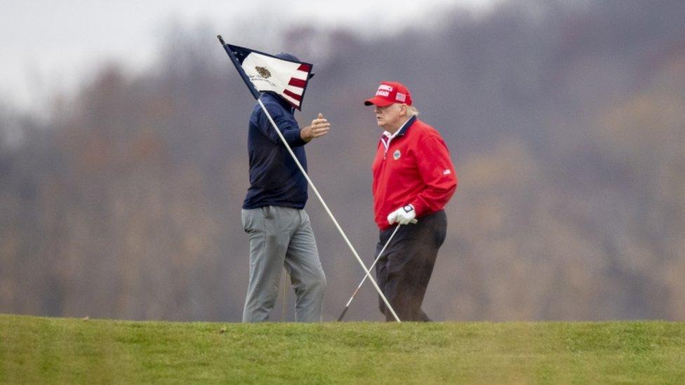 ترامب يلعب الغولف