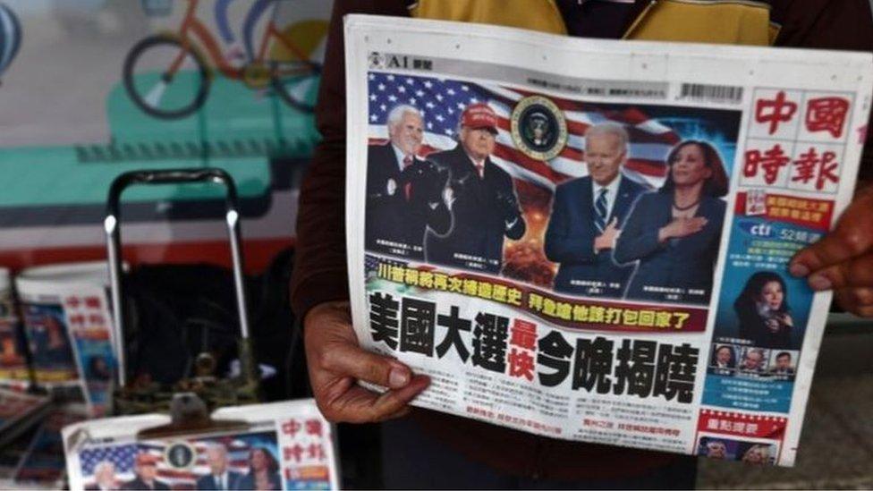 台北街頭的報紙頭版均是美國選情報道
