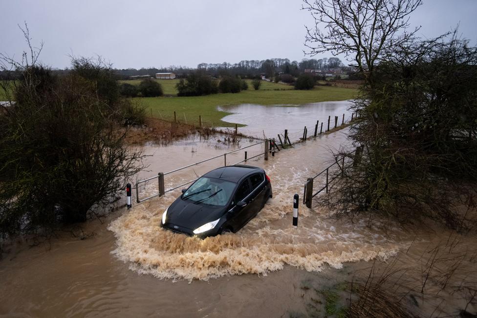 • سيارة تغامر بالخوض في طريق فاض بالمياه في ليستر.