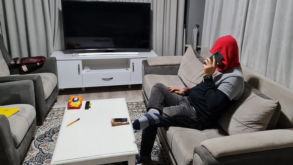 'Elham Noor' se sienta en una sala de estar