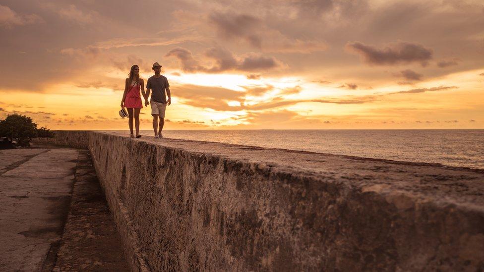 Turistas en las murallas de Cartagena