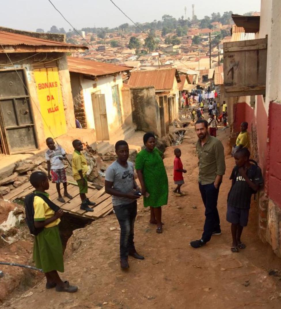 Danijel, Prudens i Džejmi sa decom u siromašnom kraju Kampale gde Prudens radi kao medicinska sestra