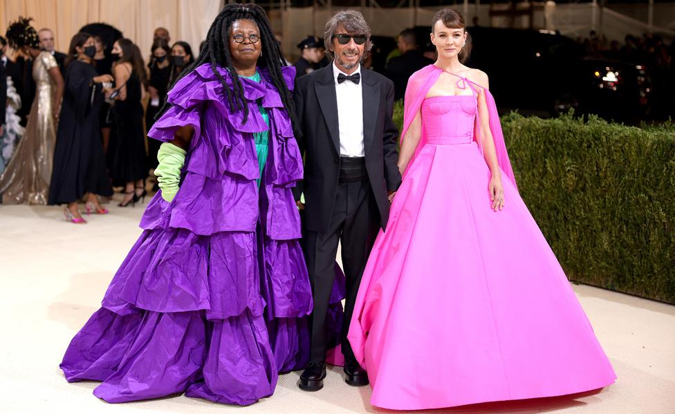 ووبي غولدبيرغ، والمدير الإبداعي لبيت الأزياء فالانتينو، والنجمة كاري موليغان