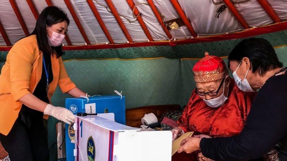 Una mujer en una yurta mongola en 2020.
