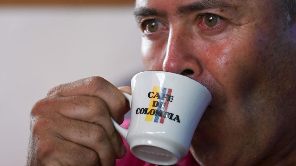 Hombre tomando cafe