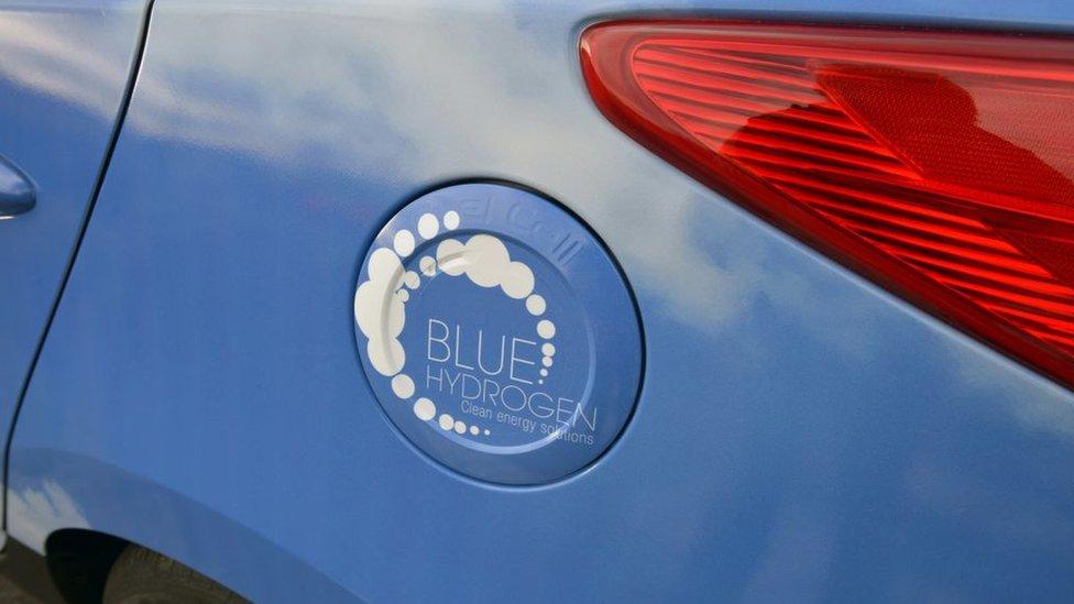 """Un auto con la leyenda """"hidrógeno azul"""""""