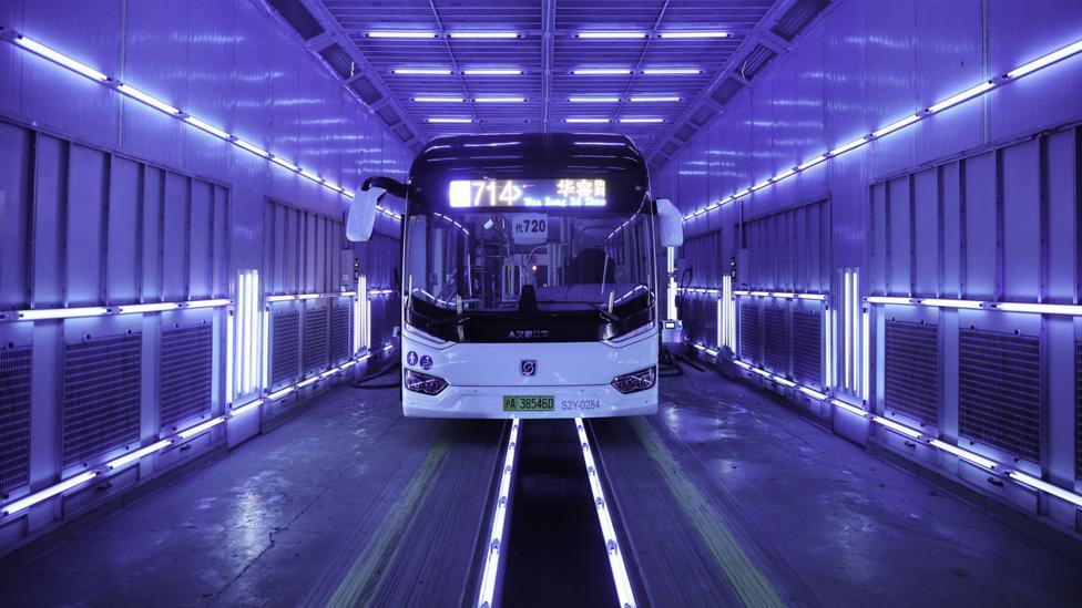 中國上海一輛巴士照射紫外線消毒
