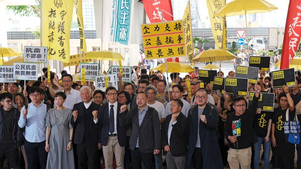 法院外聚集了大批佔中三子和另外同樣因為佔中被控的六人的支持者。