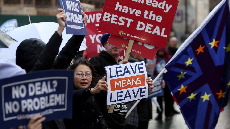 Proevropski i antievropski demonstranti stoje jedni do drugih na protestu ispred parlamenta 3. decembra 2018. godine.