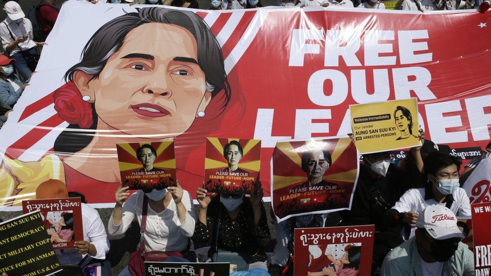 تظاهرات تطالب بالإفراج عن سو تشي