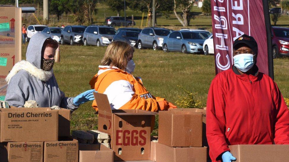 Voluntarios reparten comida en Groveland, Florida.