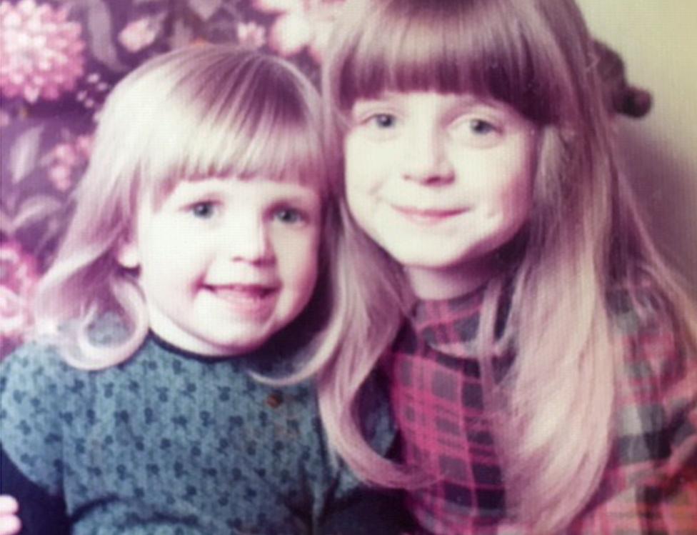 Jen (izq.) y su hermana en una imagen de 1977 o 1978.