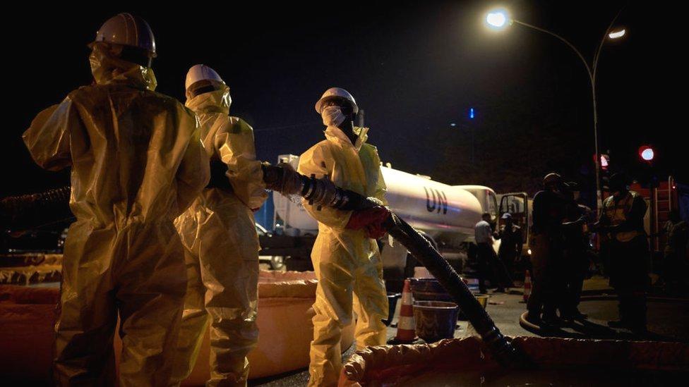Pekerja PBB mengenakan jas dan masker untuk operasi sanitasi pasar sentral di Bamako pada 04 April 2020.