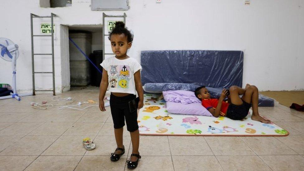在以色列南部亞實基倫防空設施裏避難的兒童