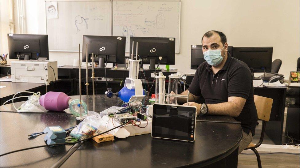 Istraživač Dalibor Nikolić sa prototipom 3D respiratora