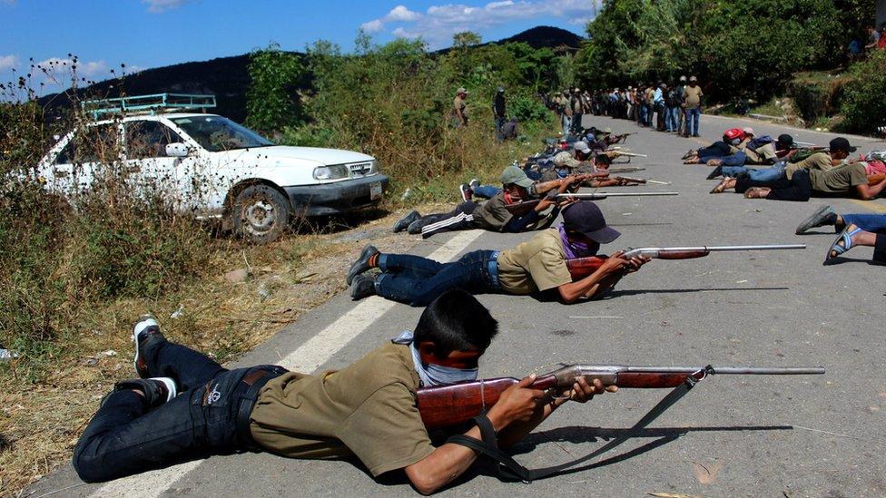 19 niños armados marcharon para denunciar la inseguridad en sus comunidades.