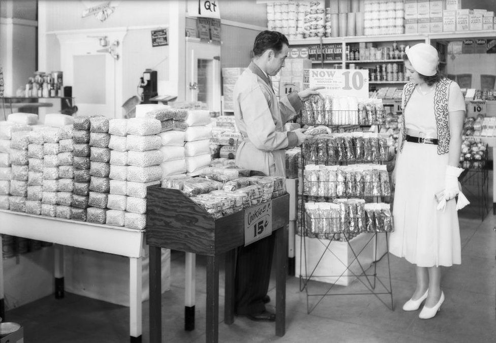 NO USAR. BBC. Exhibiciones de celofán en un supermercado Safeway del sur de California en 1932