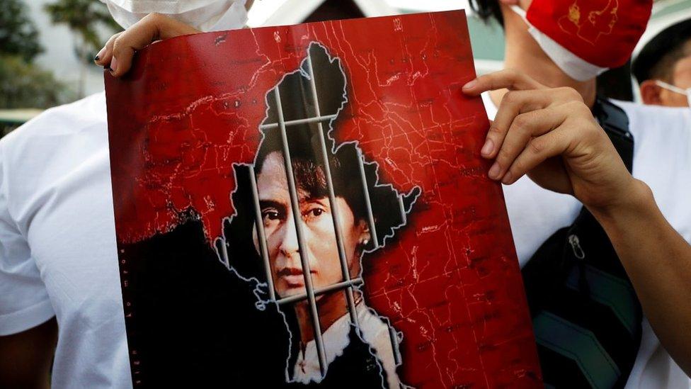 صورة سان سو تشي خلف القضبان.
