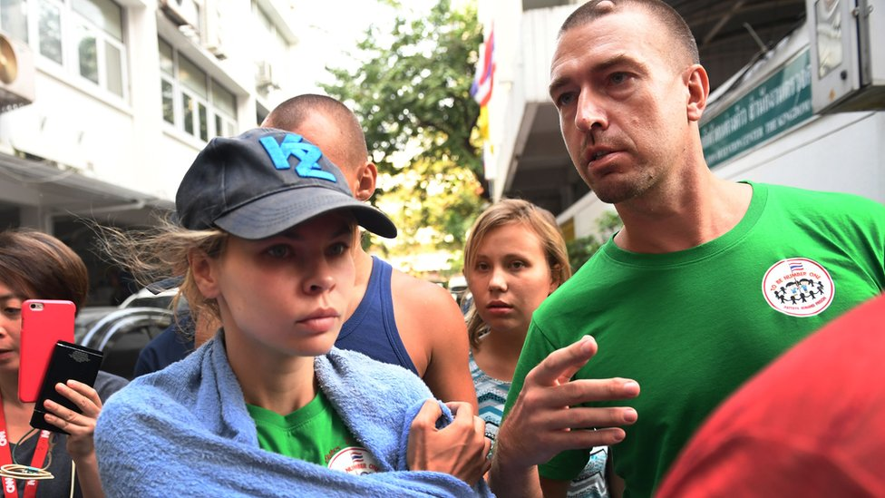 Beloruska manekenka Anastasija Vašukevič, poznata i pod pseudonimom Nastja Ribka, sa ruskim guruom zavođenja Aleksom Kirilovom napušta imigracioni centar u Bangkoku 17 januara 2019. godine