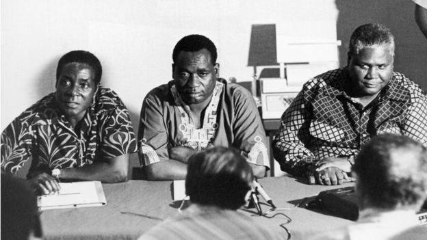 موغابي على يسار الصورة في الستينات