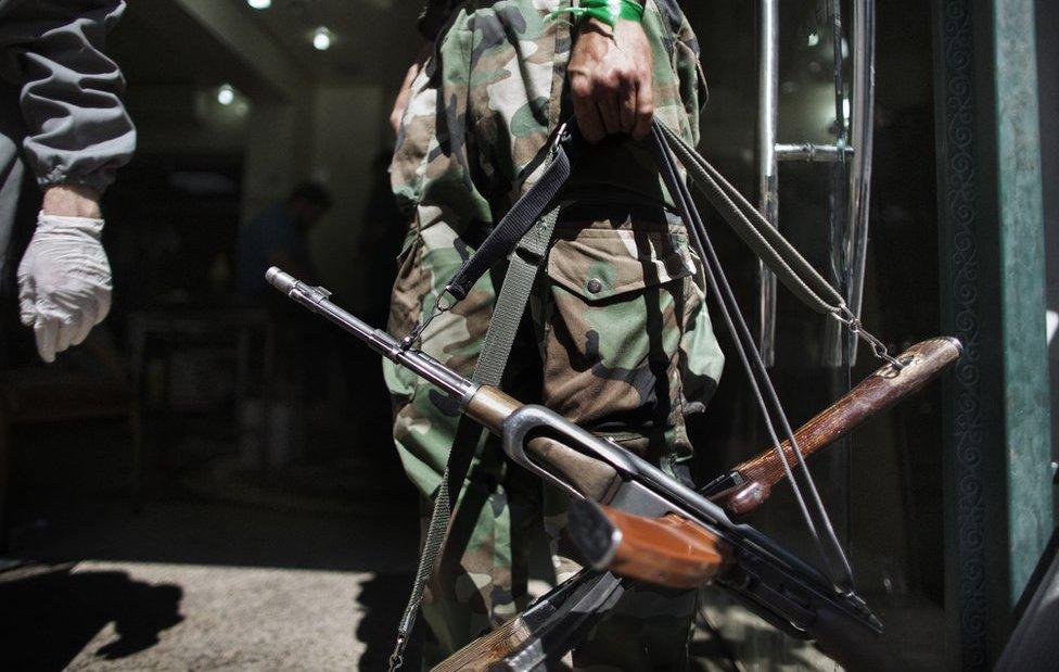Rebelde sirio con rifles AK-47