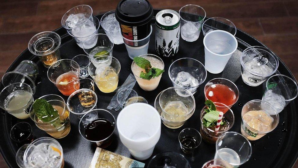 Mesa con vasos y bebidas.