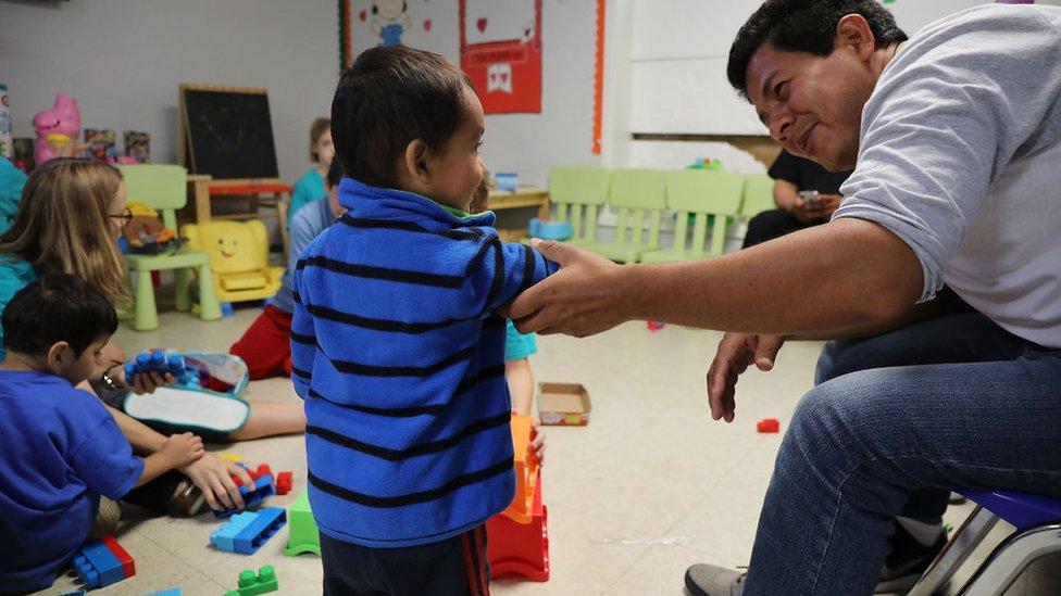 Niños en un albergue para menores extranjeros en Texas.