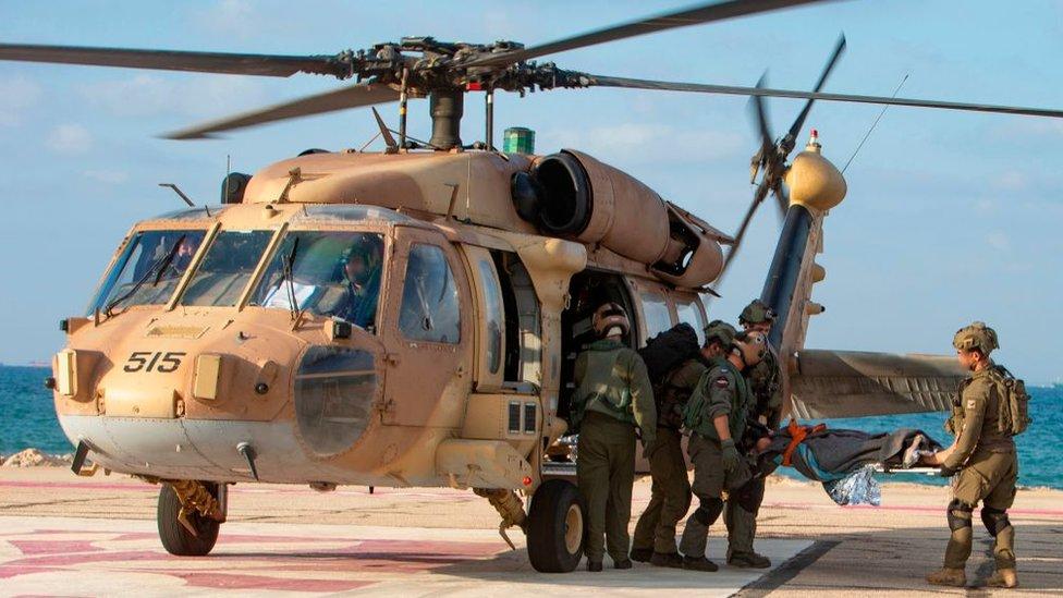 جنود إسرائيليون ينقلون جنديا مصابا