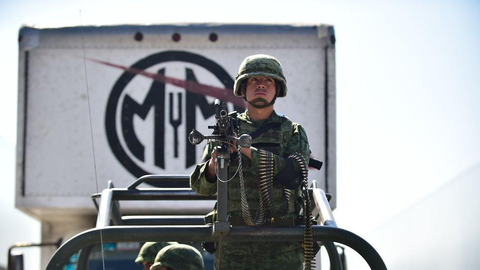 Soldado custodia material electoral en México