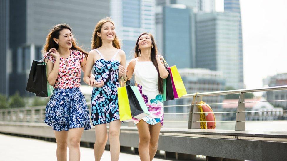 Jóvenes asiáticas caminando por Singapur.