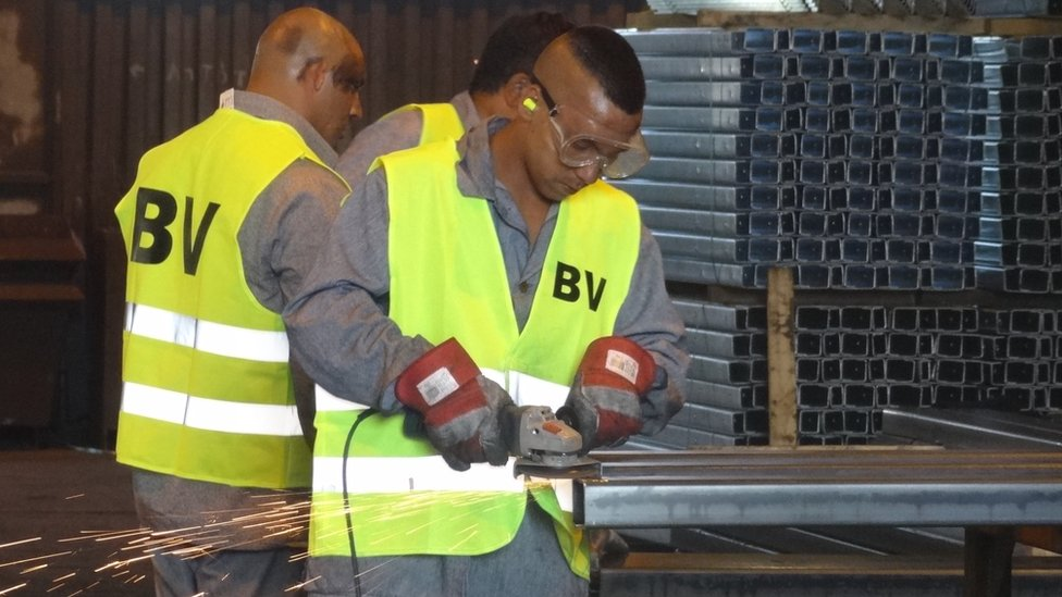 Prisoner prepare metal for the barrier