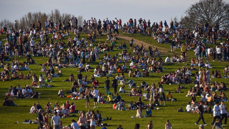 Cientos de británicos en un parque en el centro de Londres este domingo.