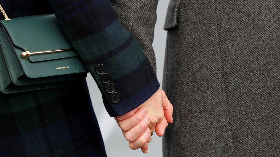 Las manos de Harry y Meghan entrelazadas