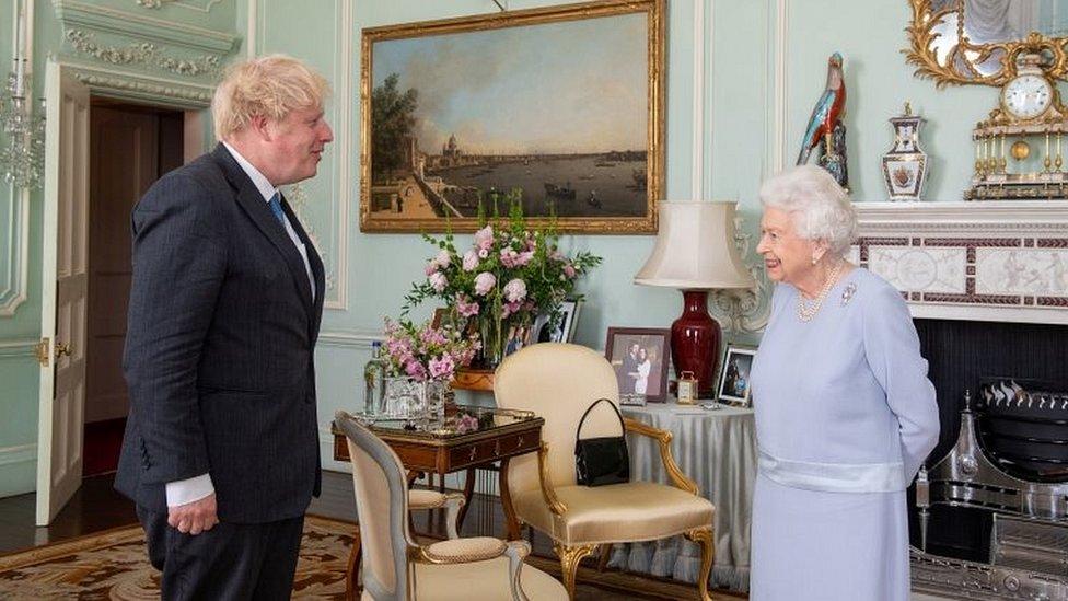 Boris Johnson y la reina