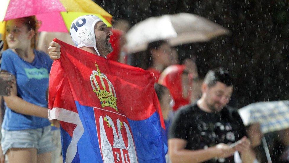 Navijače Srbije ni nevreme nije sprečilo da bodre vaterpoliste sa tribina Tašmajdana