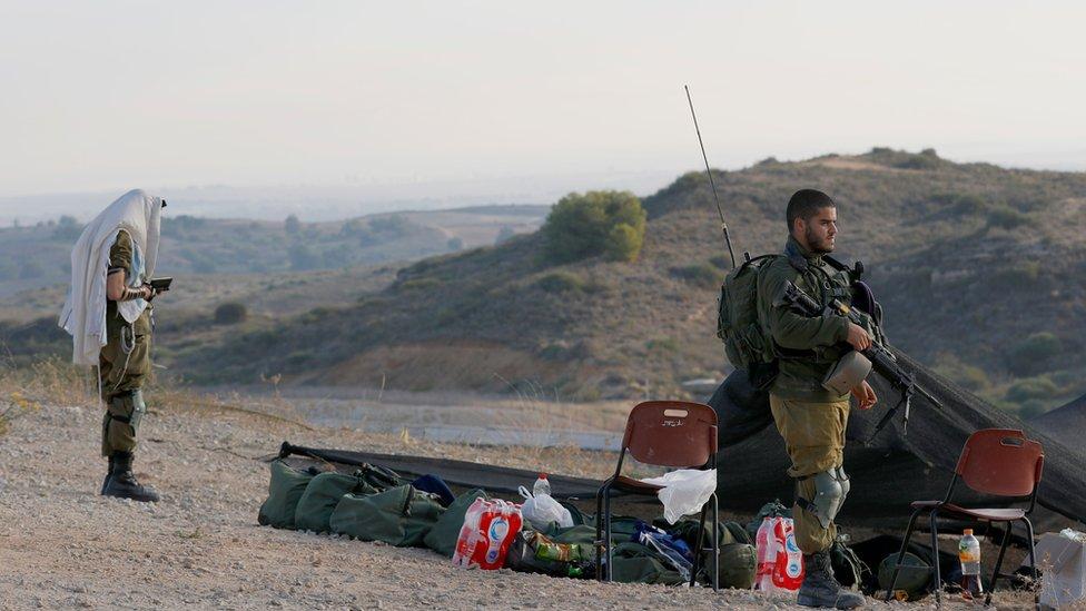 جنود إسرائيليون يتأهبون في مدينة سيدروت على حدود غزة