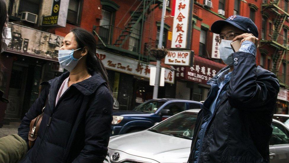 美國紐約唐人街街頭戴著口罩走過的華人居民(17/3/2020)