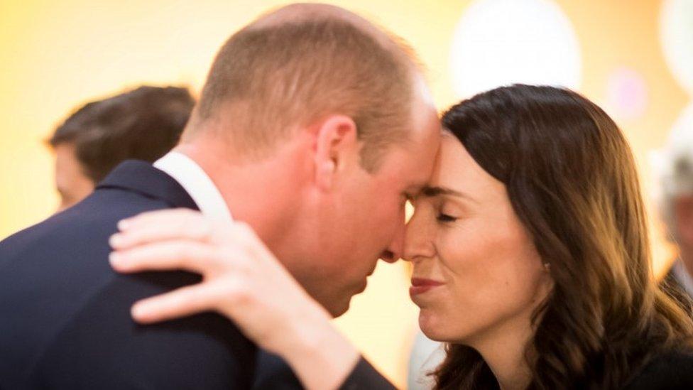 الأمير وليام يحيي رئيسة وزراء نيوزيلندا جاسيندا أردين بالتحية التقليدية للسكان البلاد الأصليين (الماوري)