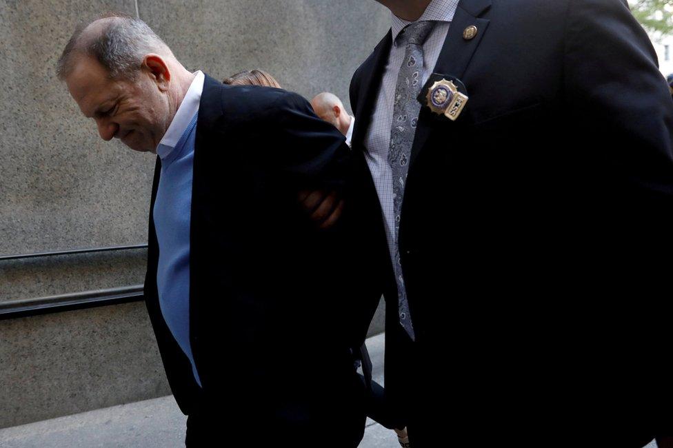 哈維·韋恩斯坦被警察帶走。