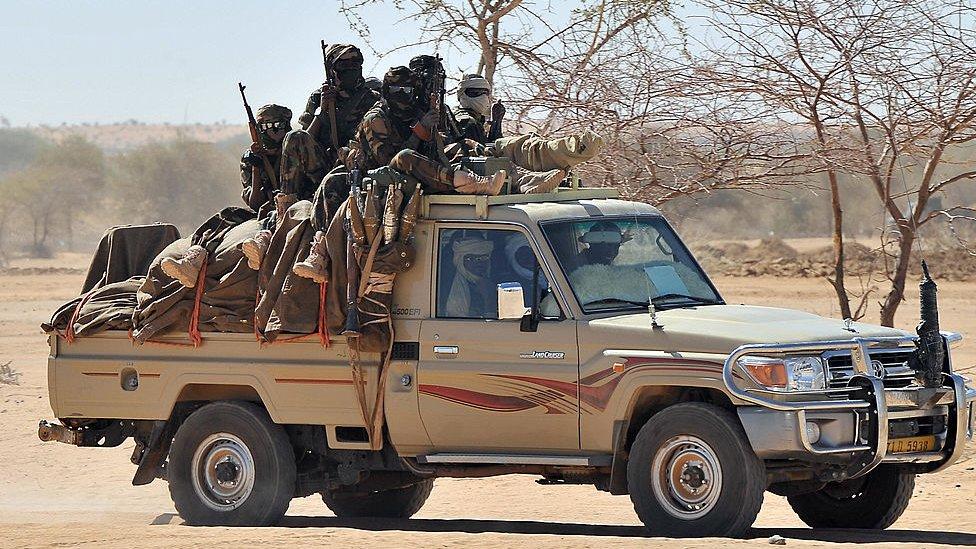 乍得北部城鎮伊裏巴(Iriba) 政府軍搭乘豐田皮卡車移動(3/2009)