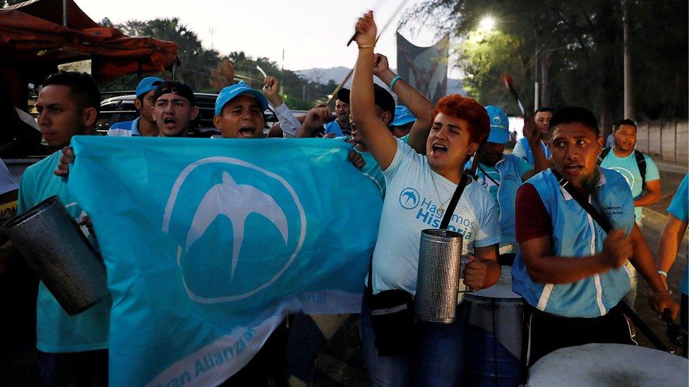 أنصار التحالف الوطني الكبير (GANA) يهتفون بعد فوز بوكيله في الانتخابات الرئاسية في سان سلفادور، 3 فبراير/شباط 2019