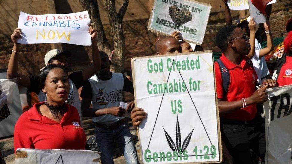 Ativisti slave i drže transparente